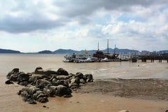 Embarcadero ocupado de la playa fotografía de archivo