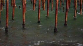 Embarcadero oxidado viejo del mar de los tubos del hierro almacen de metraje de vídeo