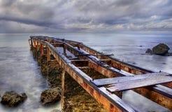 Embarcadero oxidado viejo en un día nublado Foto de archivo