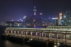 Embarcadero público en la opinión de la noche de Hong-Kong Foto de archivo