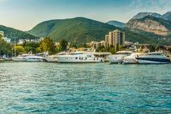 Embarcadero para navegar los yates y los barcos con vistas a las montañas de la costa de Budva, Montenegro Foto de archivo libre de regalías