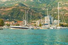 Embarcadero para navegar los yates y los barcos con vistas a las montañas de la costa de Budva, Montenegro Fotografía de archivo libre de regalías
