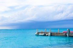 Embarcadero perfecto de la playa en la isla caribeña en turcos imagen de archivo