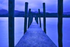Embarcadero que lleva en el lago Fotografía de archivo
