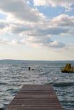 Embarcadero que pasa por alto el mar Imágenes de archivo libres de regalías