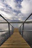 Embarcadero que va abajo al río o a la laguna Foto de archivo
