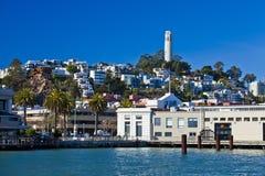 Embarcadero siete y casas en colina en San Francisco, California, Estados Unidos Foto de archivo