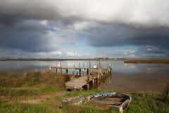 Embarcadero solitario con el barco de pesca Fotografía de archivo libre de regalías