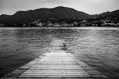 Embarcadero solo en el lago Como Imagenes de archivo