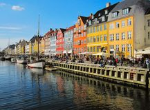 Embarcadero turístico de Nyhavn, famoso y popular del destino con los edificios y los barcos coloridos en Copenhague Imagen de archivo libre de regalías