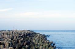 Embarcadero vacío. Muchos bloques de piedra. Foto de archivo libre de regalías