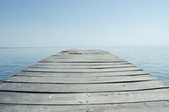 Embarcadero vacío y lago grande Imagenes de archivo
