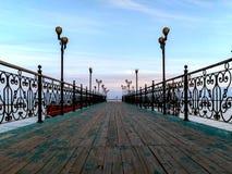 Embarcadero verde de madera en el lago Issyk-kyl foto de archivo