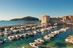 Embarcadero viejo de la ciudad de Dubrovnik imagen de archivo