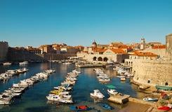 Embarcadero viejo de la ciudad de Dubrovnik fotografía de archivo