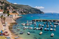 Embarcadero viejo de la ciudad de Dubrovnik con la opinión sobre la montaña fotografía de archivo libre de regalías