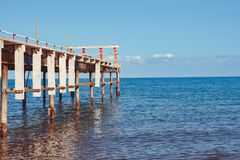 Embarcadero viejo por el mar imagen de archivo