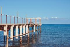 Embarcadero viejo por el mar imagenes de archivo