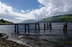 Embarcadero viejo y decaído en el lago escocés Fotografía de archivo libre de regalías
