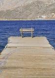 Embarcadero y banco de madera Imagen de archivo