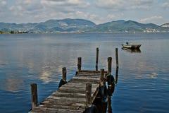 Embarcadero y barco Imágenes de archivo libres de regalías