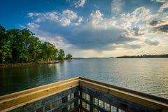 Embarcadero y cielo dramático sobre normando del lago, en Ramsey Creek Park adentro fotos de archivo