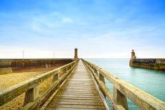 Embarcadero y faro, puerto de Fecamp Normandía Francia Imagen de archivo