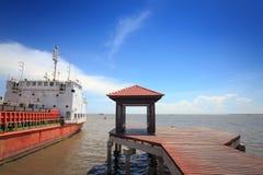 Embarcadero y Gazebo de madera para relajarse en la playa tropical fotos de archivo