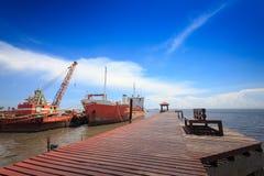 Embarcadero y Gazebo de madera para relajarse en la playa tropical imagen de archivo libre de regalías