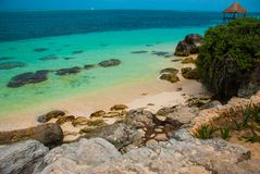 Embarcadero y gazebo de madera por la playa Paisaje tropical con el embarcadero: mar, arena, rocas, ondas, agua de la turquesa Mé foto de archivo