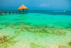 Embarcadero y gazebo de madera por la playa Paisaje tropical con el embarcadero: mar, arena, rocas, ondas, agua de la turquesa Mé fotos de archivo