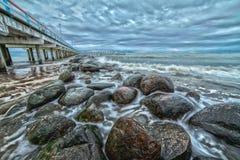 Embarcadero y mar Báltico. Paisaje. Imagen de archivo libre de regalías
