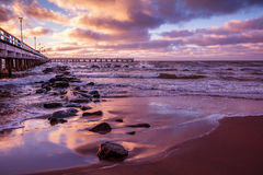 Embarcadero y mar en la puesta del sol fotografía de archivo