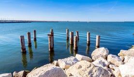 Embarcadero y mar en Marina di Ravenna, Italia imagen de archivo libre de regalías