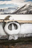 Embarcadero y montañas en invierno en el lago Muick en Escocia Fotografía de archivo libre de regalías