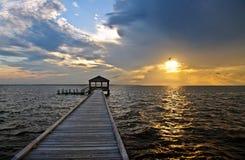 Embarcadero y muelle de la pesca en la puesta del sol Imágenes de archivo libres de regalías