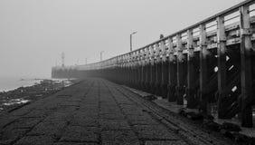 Embarcadero y niebla Fotografía de archivo