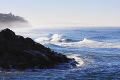 Embarcadero y pen¢ascos de la roca del ~ de las ondas de océano de la madrugada Fotografía de archivo
