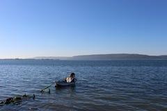 Embarcadero y pescador demolidos imagen de archivo