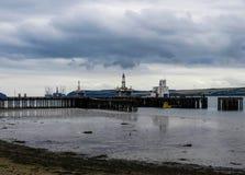 Embarcadero y plataformas petroleras en Invergordon foto de archivo