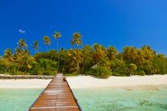 Embarcadero y playa en Maldives fotos de archivo libres de regalías