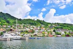 Embarcadero y pueblo en Norheimsund, Noruega Imagenes de archivo