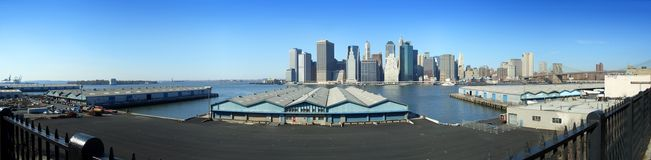 Embarcaderos de Brooklyn y una opinión panorámica más inferior de Manhattan fotografía de archivo