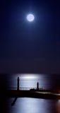Embarcaderos iluminados por la luna de Whitby Imagen de archivo