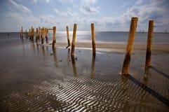 Embarcaderos quebrados en la playa de Biloxi foto de archivo