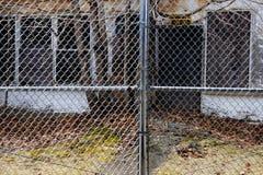 Embarcado acima da escola abandonada atrás da cerca imagem de stock royalty free