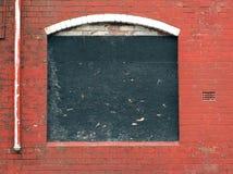 Embarcado acima da janela em um derelict abandonou a casa imagens de stock