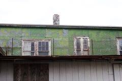 Embarcado acima das janelas da construção abandonada foto de stock royalty free