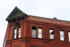 Embarcado acima das janelas da construção abandonada imagens de stock royalty free