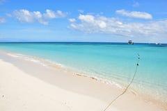 Embarcadouro da embarcação do turista da viagem do dia no cay dos michaelmas com água azul branca fina bonita da areia e de turqu foto de stock